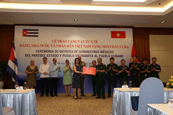 Bộ Quốc phòng trao tặng 3 tấn vật tư y tế hỗ trợ Cuba phòng chống Covid-19