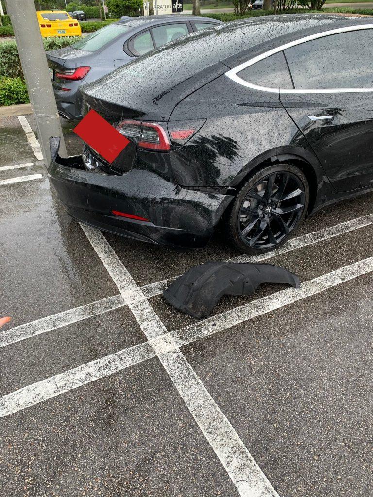 Tesla Model 3 đang chạy bỗng bung mất cản sau, nhân viên hãng nói do 'ý Chúa'