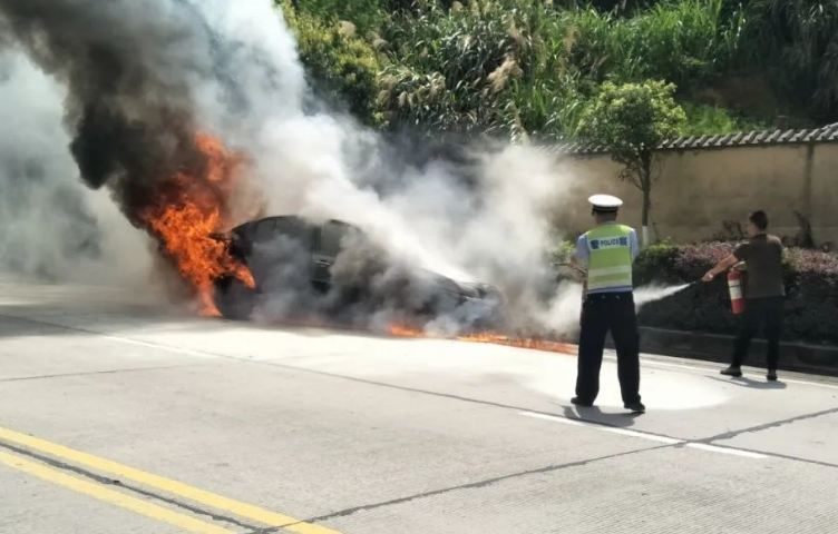 Ô tô bốc cháy trên cao tốc, tài xế cầu cứu vì không phanh xe lại được