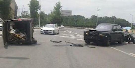 Rolls-Royce Cullinan vỡ nát đầu sau pha đụng độ với xe Changan