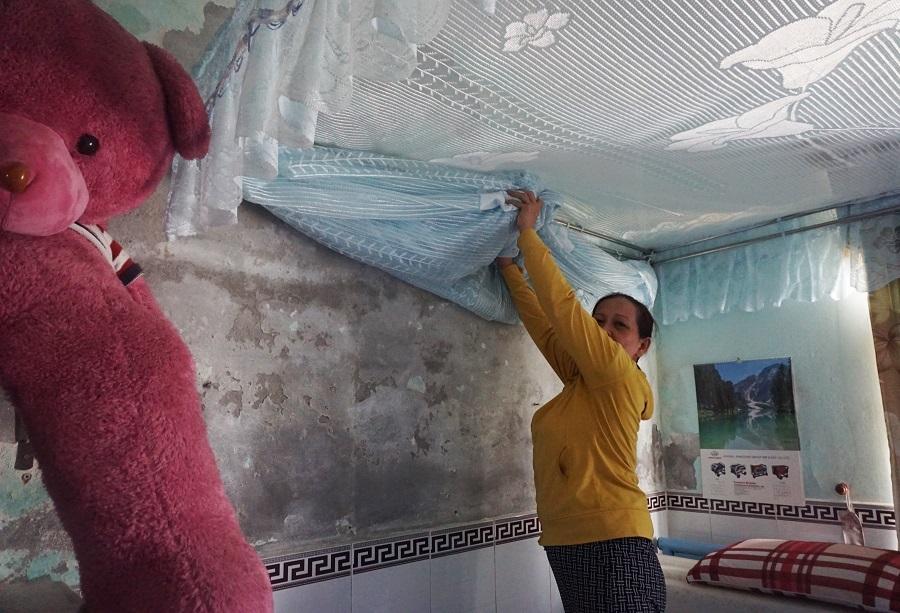 Người dân bất an sống trong chung cư nứt, trần nhà vữa rơi nguyên mảng