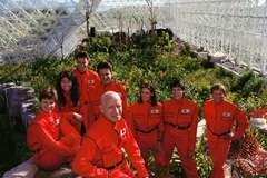 Câu chuyện có thật về 8 nhà khoa học sống trong nhà kính suốt 2 năm