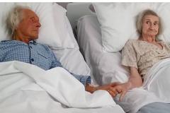 Cảm động bức ảnh 'cái nắm tay lần cuối trên giường bệnh'