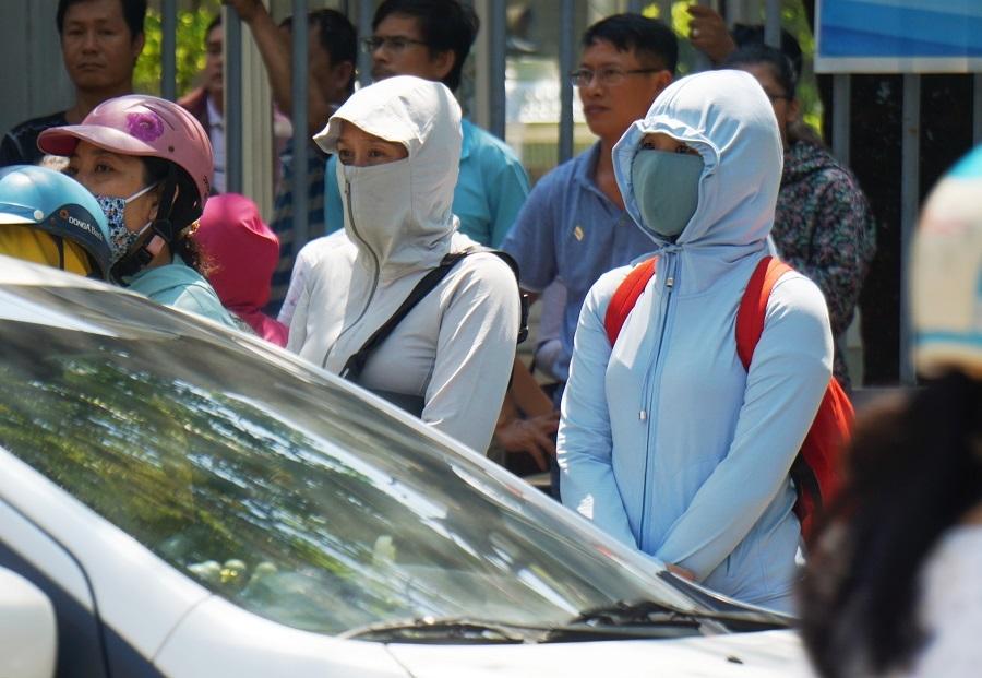Phụ huynh 'hoá ninja' trước cổng trường mùa thi