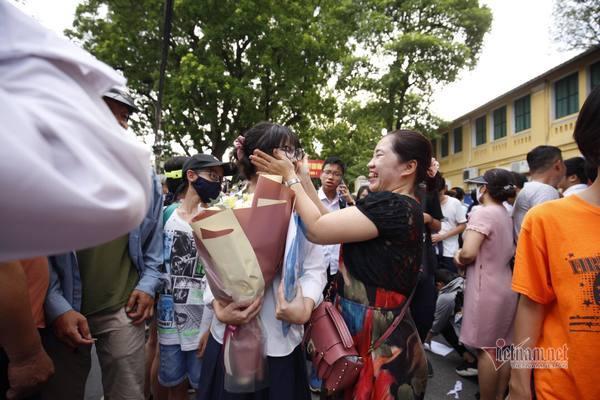Những người mẹ bên ngoài 'cánh cửa' trường chuyên ở Hà Nội