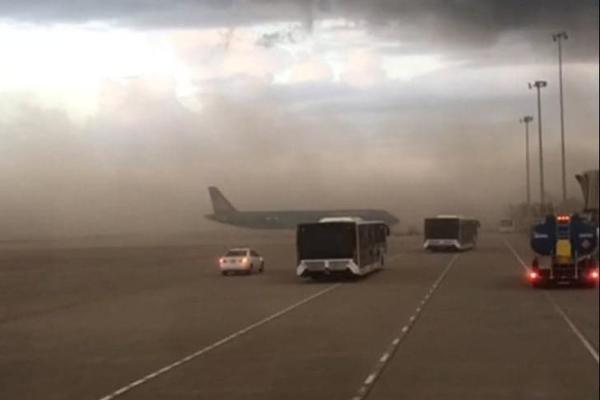 'Bão bụi' phủ kín sân bay Phú Bài, máy bay phải chuyển bãi đỗ