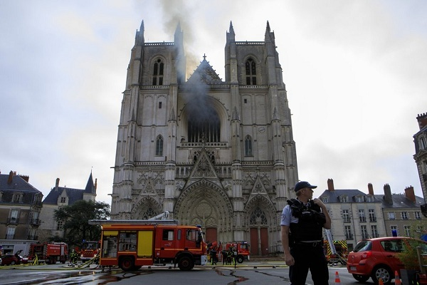 Cháy nhà thờ hàng trăm năm tuổi tại Pháp