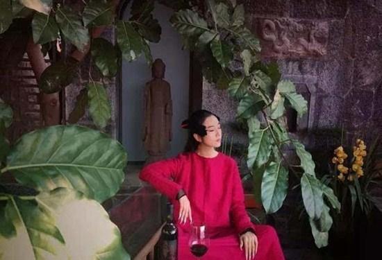 Nữ triệu phú 62 tuổi làm vũ công múa, ở biệt thự như vườn cổ tích
