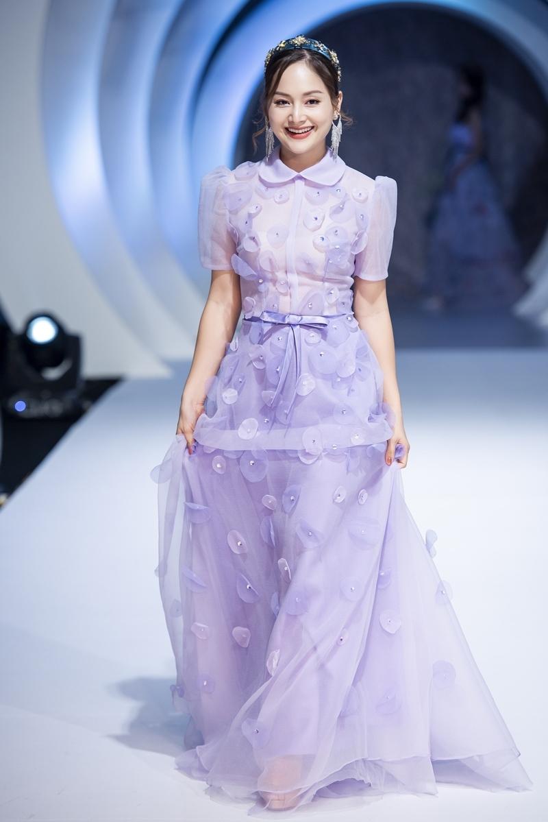 BTV Hoài Anh lần đầu diễn thời trang cùng con gái