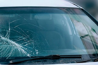 Cách bảo vệ kính chắn gió xe không bị vỡ, nứt trong mùa hè
