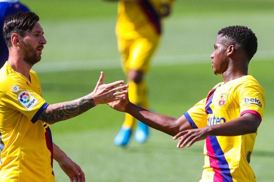 Messi lập 2 kỷ lục, Barca thắng rửa mặt trận hạ màn