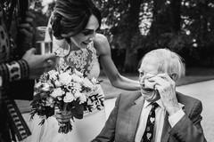 Khoảnh khắc xúc động của cha khi nhìn thấy con gái diện váy cưới