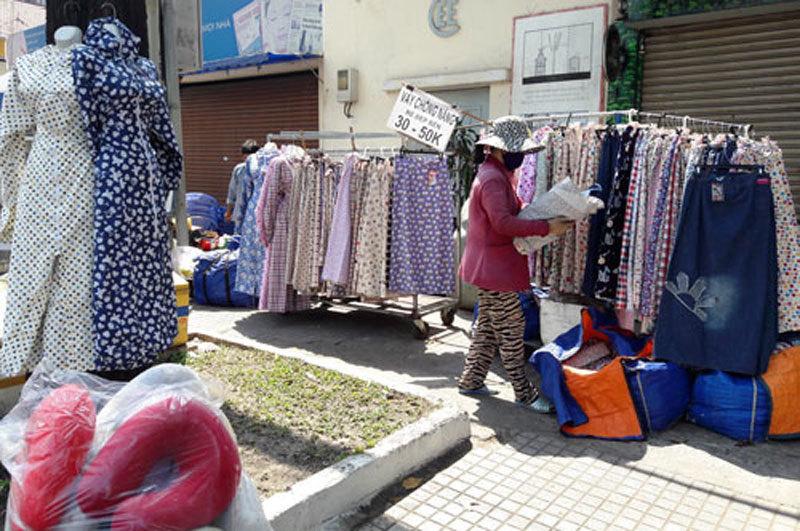 Nguy hại tiềm ẩn từ những chiếc áo chống nắng giá rẻ