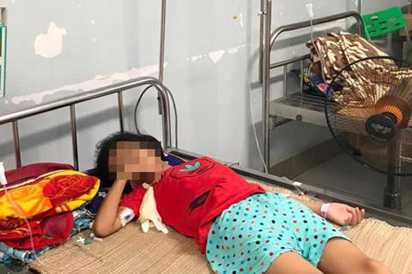 Uống nhầm axit ở cổng trường, bé 11 tuổi không thể ăn uống suốt đời