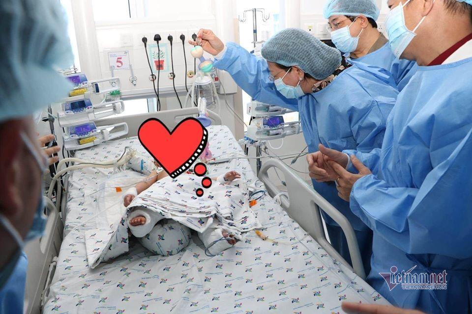 Hai bé Trúc Nhi - Diệu Nhi sẽ phải chịu thêm 4 cuộc đại phẫu