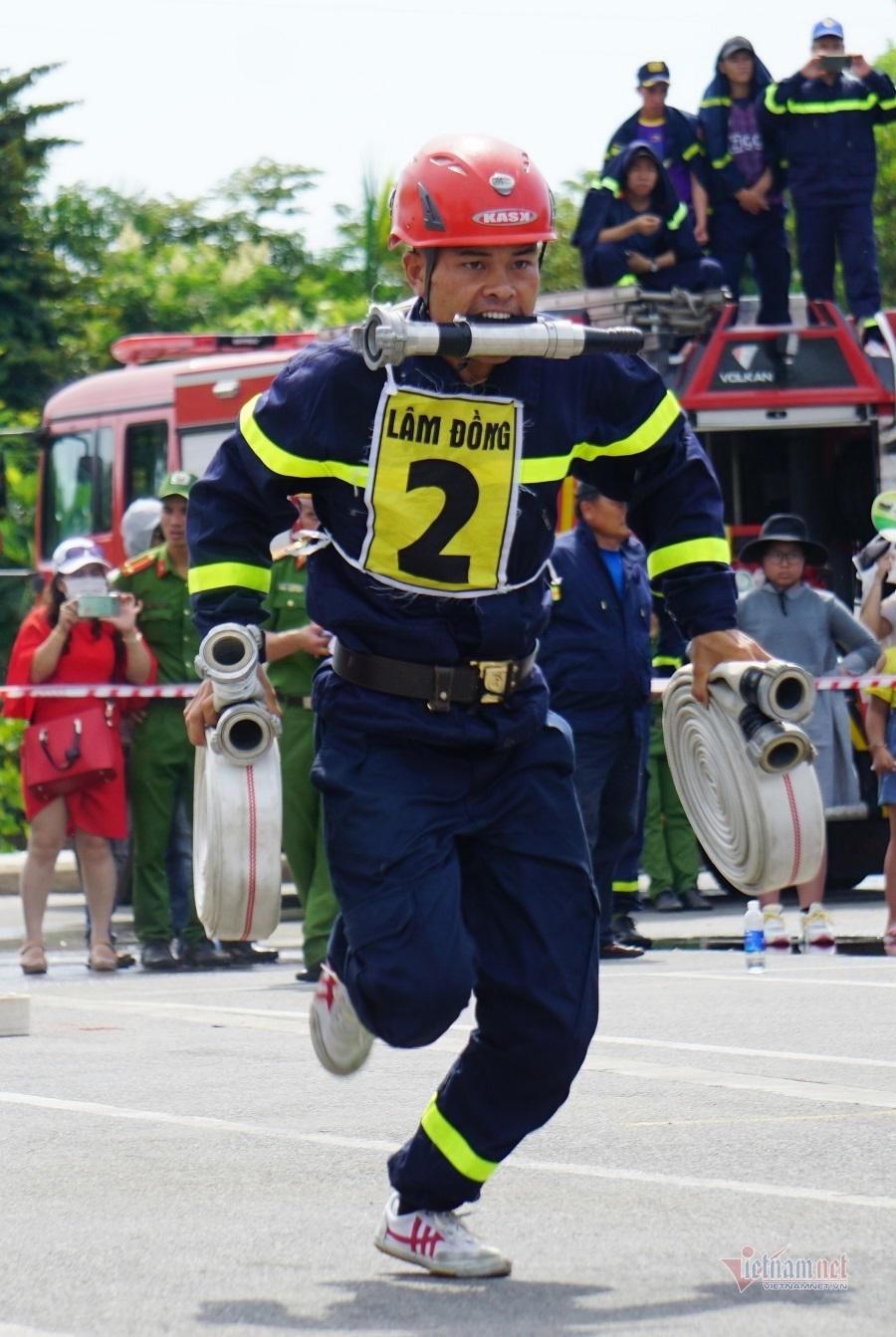 Lính cứu hỏa trổ tài trèo tường, vượt rào, dập lửa cứu người