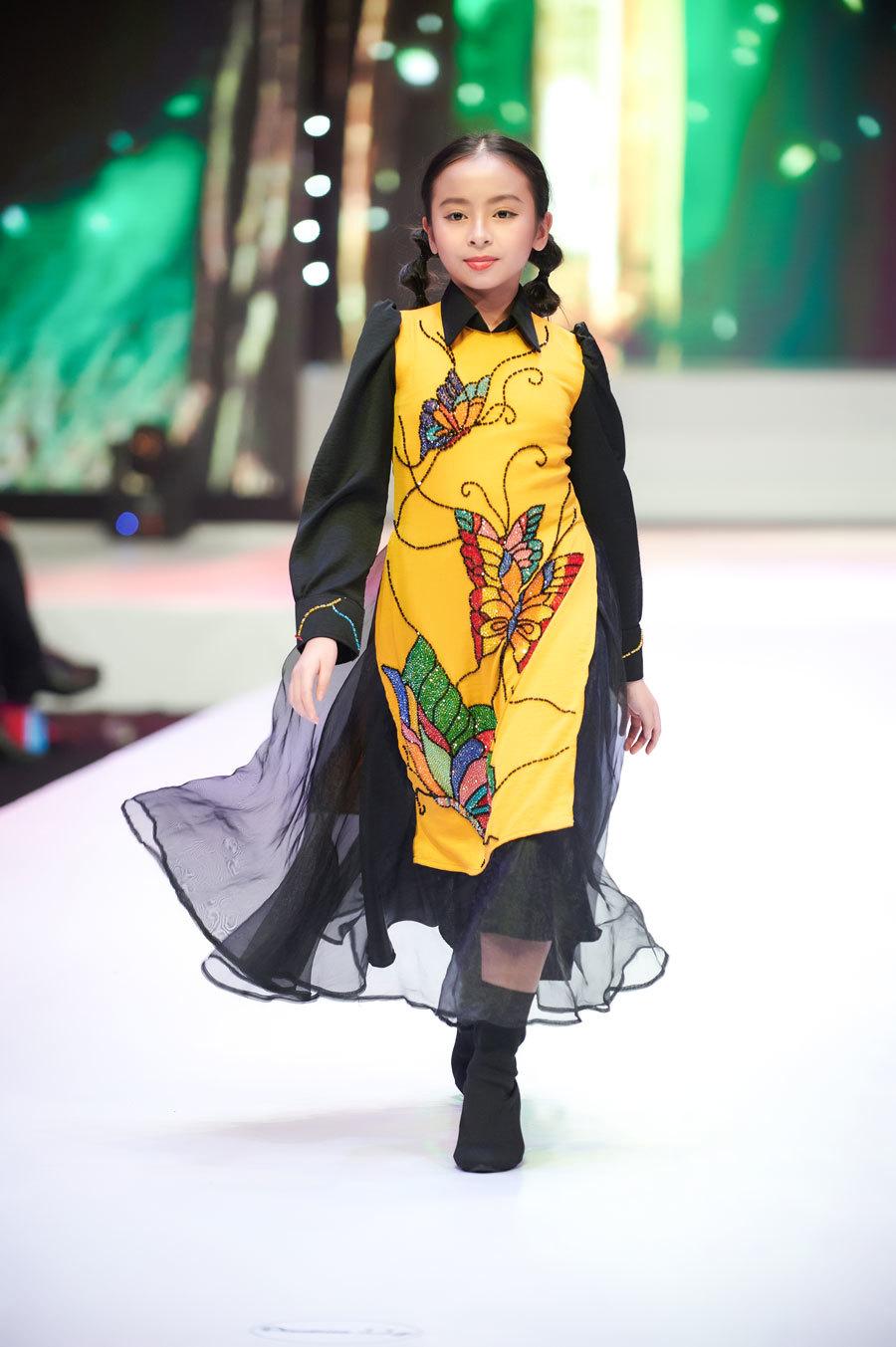 Hoa hậu Trần Tiểu Vy làm vedette show thời trang