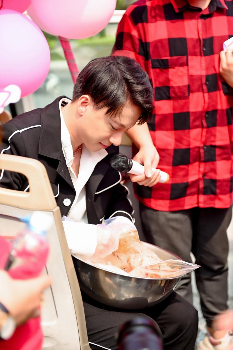 'Chiêu riêng' S.T Sơn Thạch giúp fan bớt căng thẳng mùa thi cử