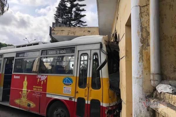 Sau cú húc của xe container, xe buýt lao xuyên tường nhà ga ở Hải Phòng