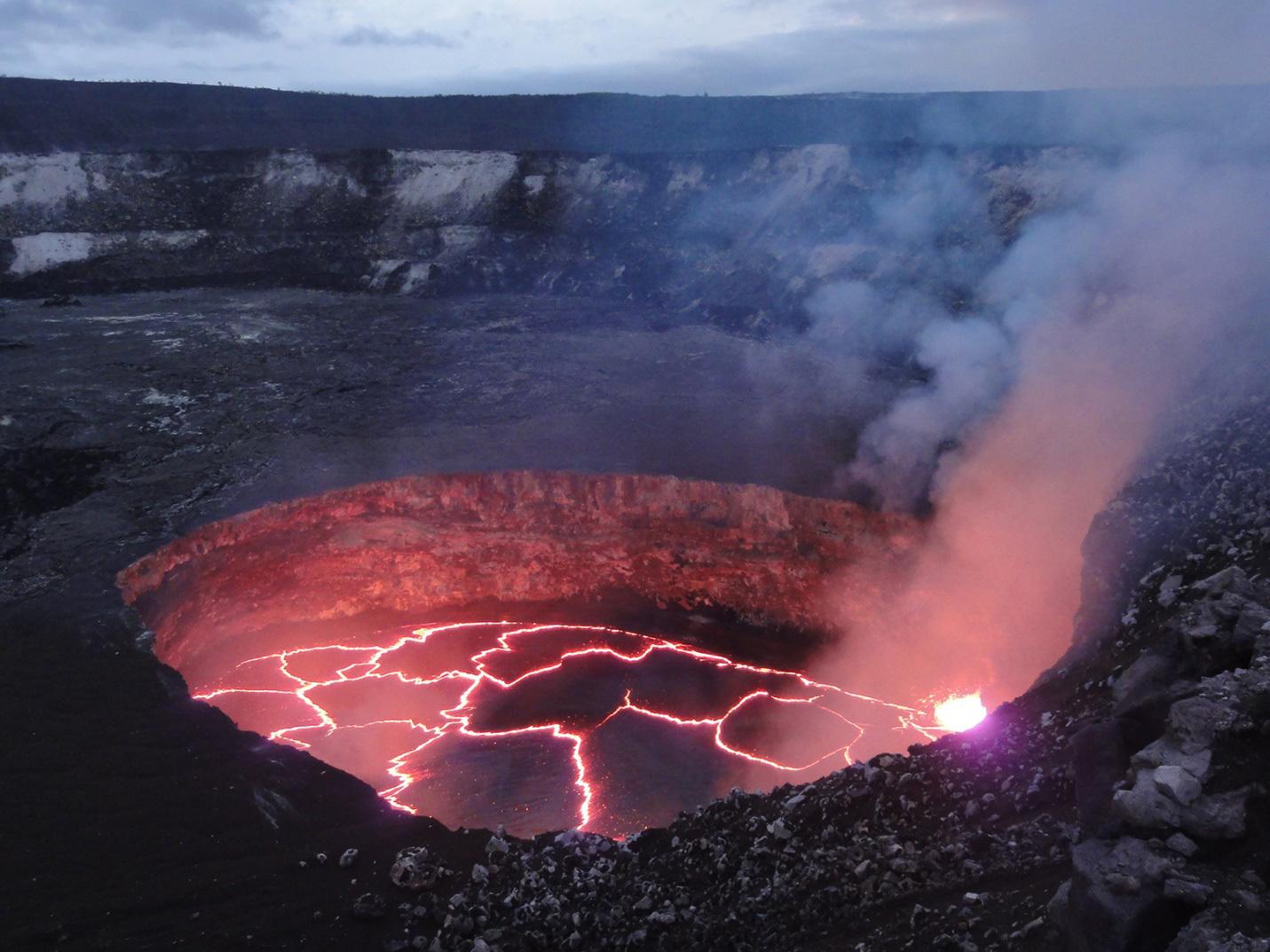 Hồ nước nóng kỳ lạ liên tục phát triển trên miệng núi lửa