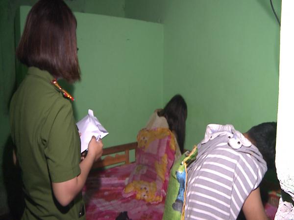 Hai nhân viên massage bán dâm cho khách tại phòng VIP