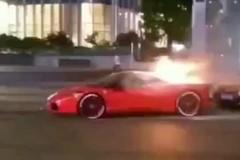 Ferrari 458 Italia chục tỷ bốc cháy trên đường, xe Audi đỗ đằng sau bị vạ lây
