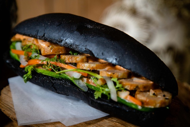 Charcoal bread attracts customers in Quang Ninh