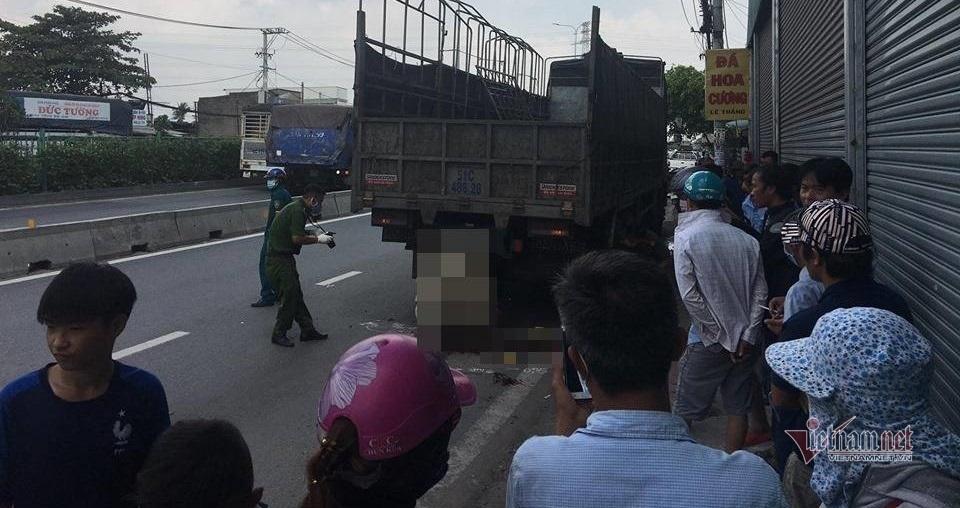 Sau cú đâm mạnh, thanh niên mắc kẹt trong gầm xe tải