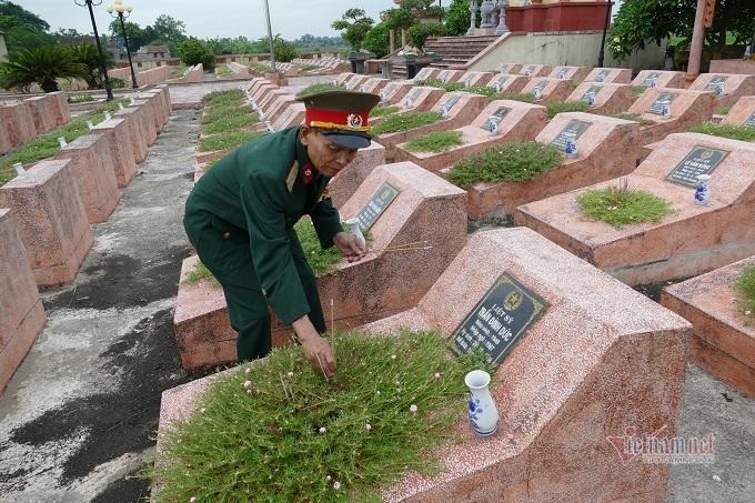 Tiếng gọi thắt lòng của cựu binh bên ngôi mộ trong nghĩa trang liệt sĩ