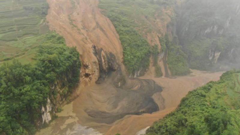 Lở đất kinh hoàng chặn đứng dòng sông ở Hồ Bắc