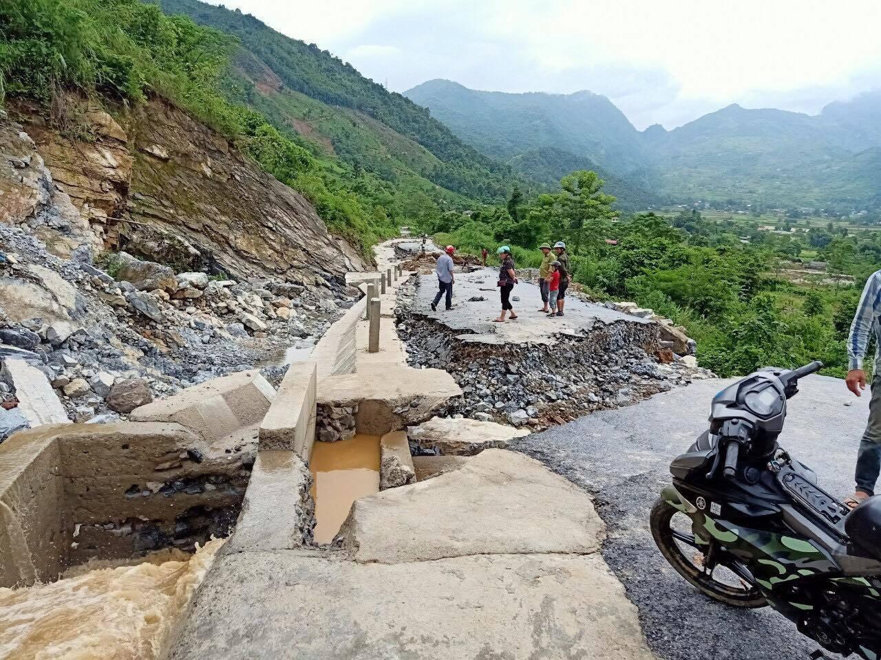 Đất đá vùi lấp hai nhà máy thủy điện, gần 300 phương tiện chìm trong nước