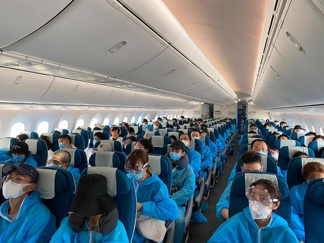 Khách Trung Quốc tại Anh chi nửa triệu USD thuê máy bay Việt Nam về nước