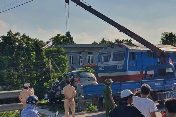Xe taxi băng đường ngang bị tàu hỏa tông, 3 người thương vong