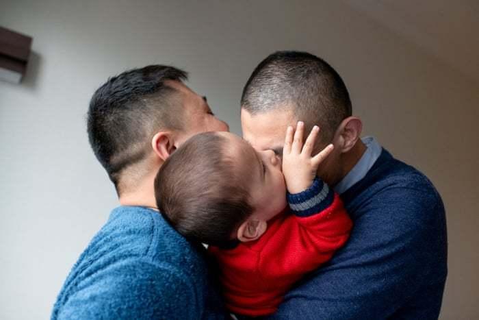 Người đồng tính Trung Quốc 'dễ thở' hơn sau khi sinh con cho ông bà bế