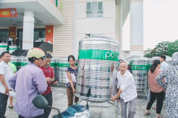 Tặng 200 bồn chứa nước cho hộ nghèo Thái Bình, Vĩnh Phúc
