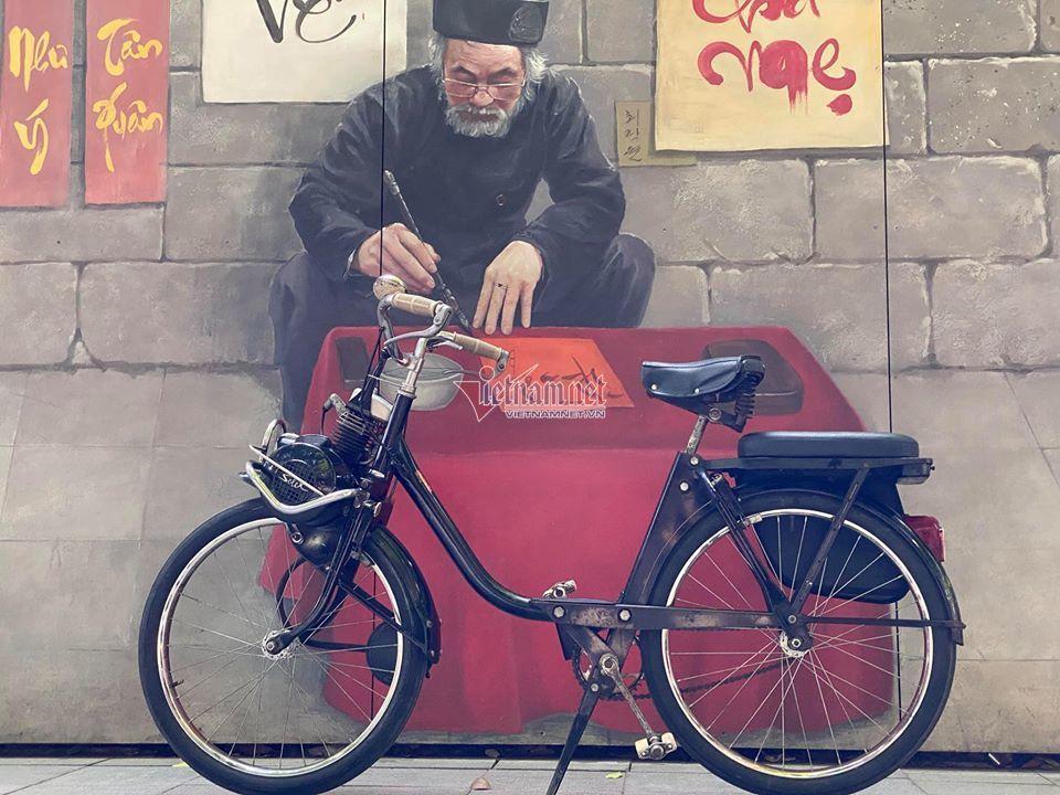 Ngắm xe đạp máy Velosolex 1700 61 tuổi 'zin' hiếm có ở Hà Nội