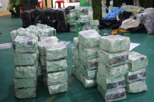 CSGT nổ súng, truy đuổi bắt hai đối tượng chở 200kg ma túy đá