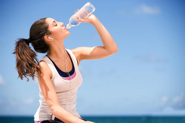 Uống nhiều nước nhưng vẫn khô miệng: Dấu hiệu của bốn bệnh phổ biến