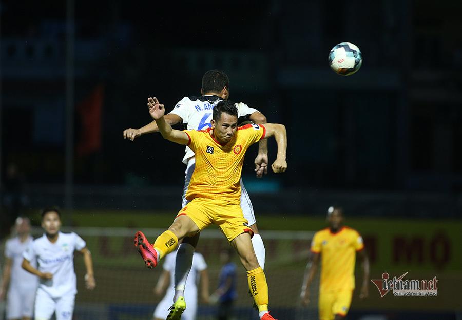 Anh Đức ra mắt kém vui, động viên cầu thủ HAGL