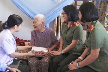 Công an Đà Nẵng đến từng nhà các Mẹ Việt Nam Anh hùng khám bệnh, cấp thuốc