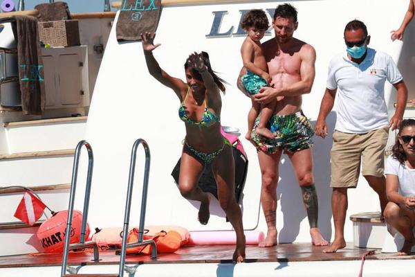 Messi và Suarez ra biển giải sầu, chờ đá C1
