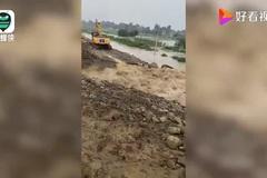 Vỡ đê ở Trung Quốc, hàng loạt máy xúc bị nước lũ cuốn trôi