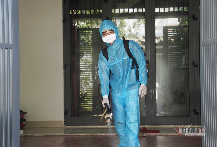 Phun khử khuẩn, cách ly con rể và cháu bệnh nhân nghi nhiễm Covid-19