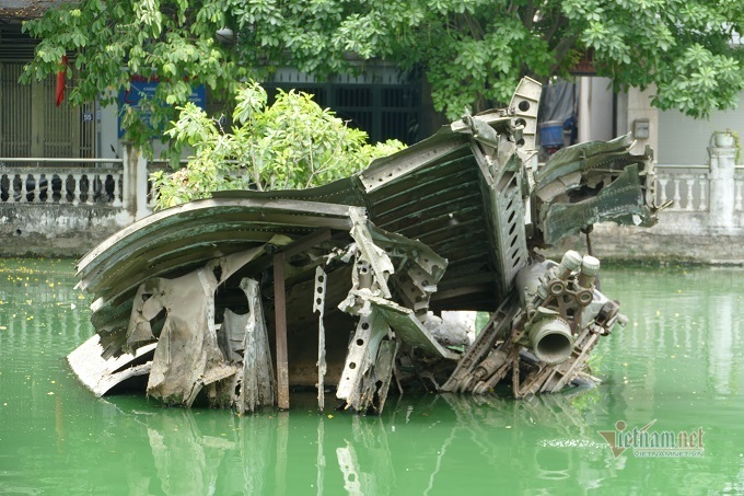 Chuyện chưa kể về chiếc máy bay nằm giữa lòng hồ ở Hà Nội suốt 48 năm