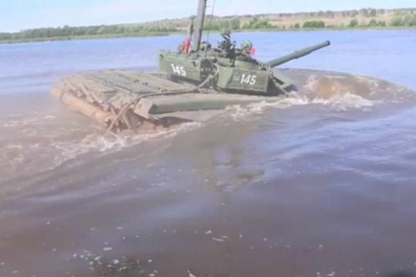 Xem xe tăng Nga lặn ngoạn mục như tàu ngầm
