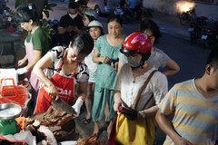 Quán thịt quay vỉa hè nổi tiếng lâu đời ở Hà Nội