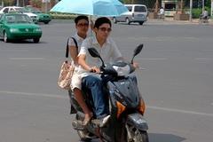 Thi thử câu hỏi điểm liệt sát hạch GPLX: Cầm ô đi xe máy có được phép?