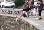 Bé3 tuổi bị bố mẹ thả ngoài vách đá dựng đứng để…chụp ảnh