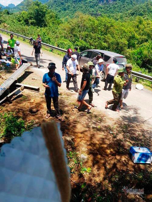 Hiện trường vụ lật xe khách 13 người chết ở Quảng Bình
