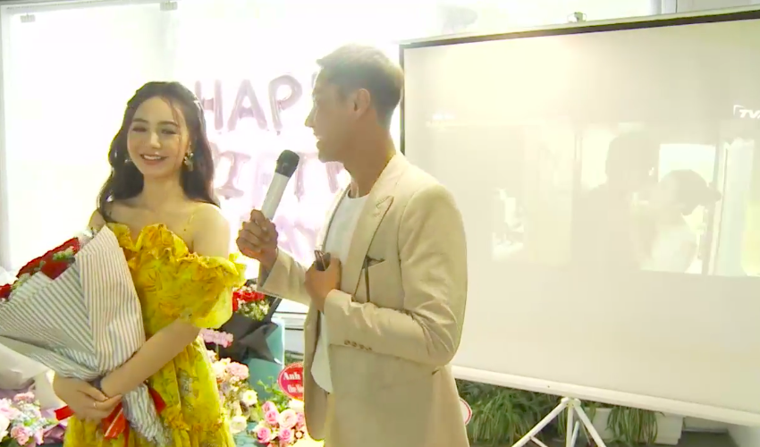 Thanh Sơn tặng hoa hồng cho Quỳnh Kool đúng sinh nhật